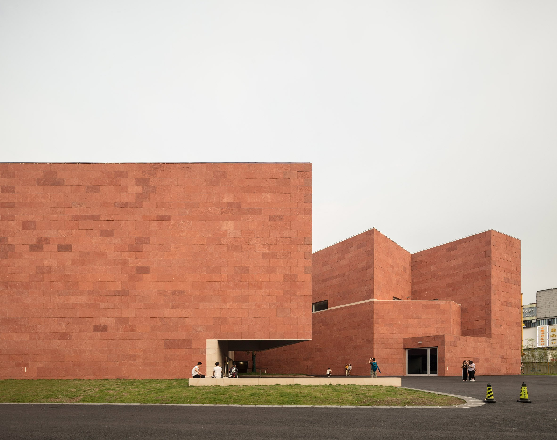 Álvaro Siza clads International Design Museum of China in red sandstone