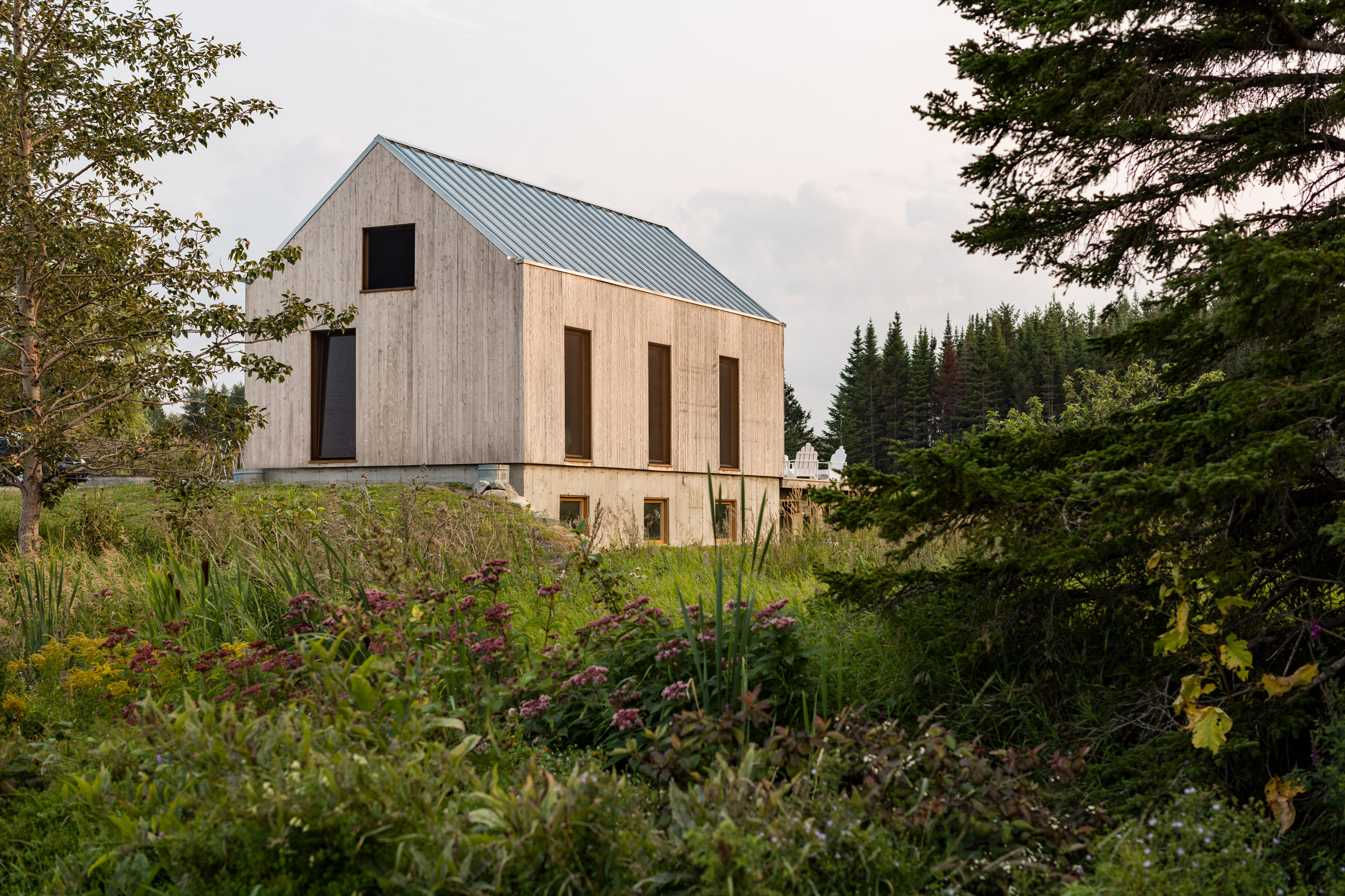 Atelier Pierre Thibault completes shed-like guesthouse in Quebec gardens