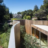 Craig Steely surrounds Roofless House in Silicon Valley with sinuous wooden wall