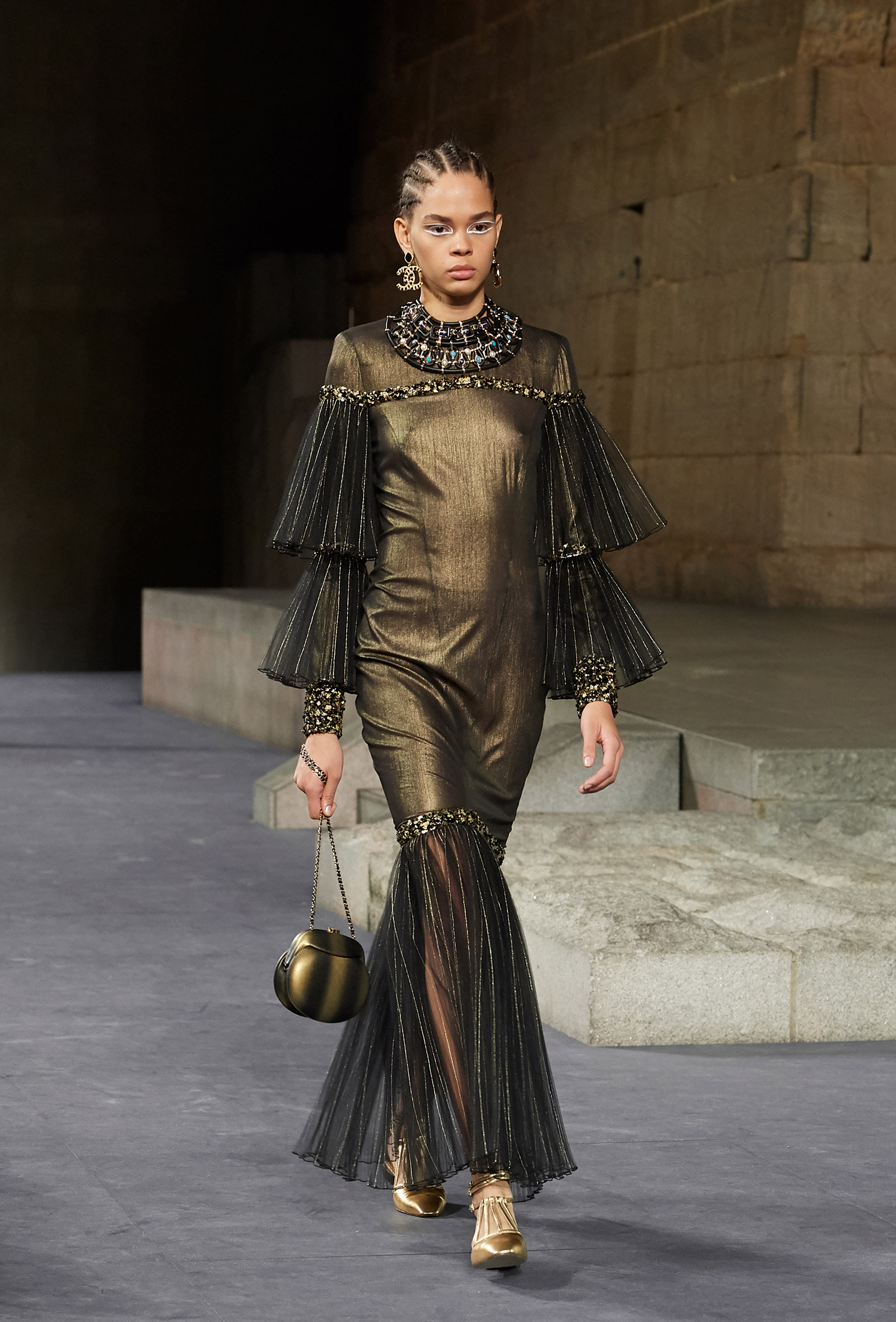 7f12a925a6c9ae Chanel's Egyptian-themed catwalk loops The Met's Temple of Dendur