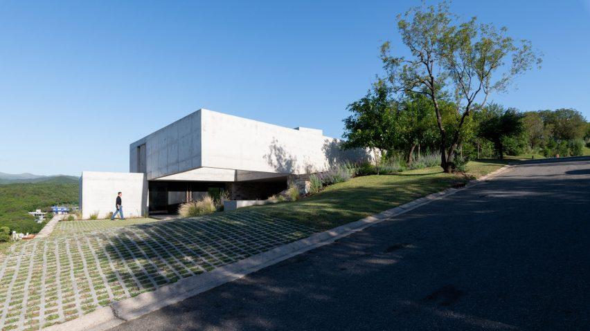 Concrete screen shades basketball court at BP Arquitectura's Casa Mq2 in Córdoba