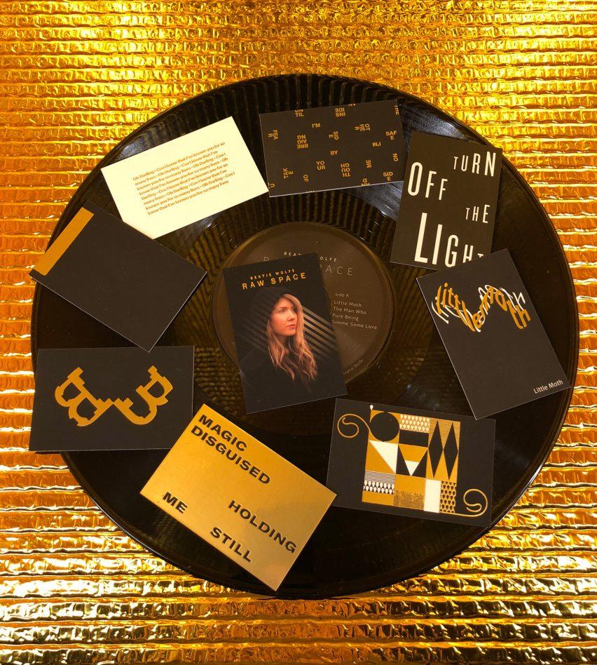 """El """"inteligente"""" álbum de Beatie Wolfe Raw Space se revela como una baraja de cartas"""