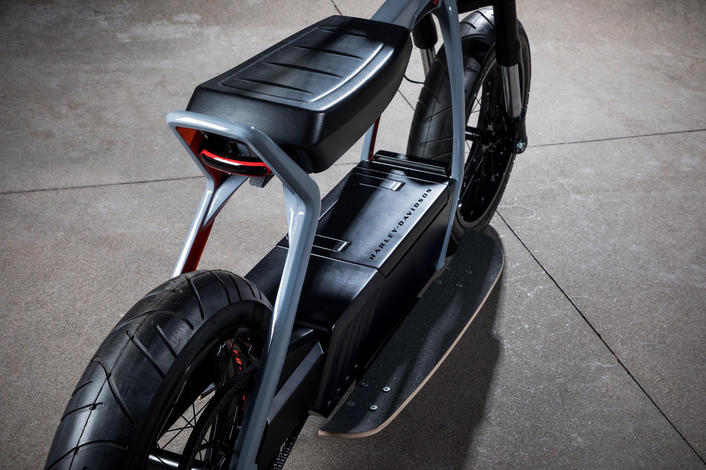Revendez votre moto : Harley-Davidson dévoile un scooter et un vélo électriques ! (+vidéo sur Bidfoly.com) Par Robin Ecoeur  Harley-davidson-electric-scooter-concepts-design_dezeen_2364_col_5