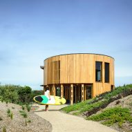 Austin Maynard Architects creates cylindrical holiday house on Australian beach