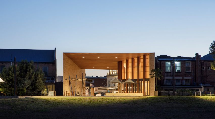 """""""Sculptural gateway"""" reconnects Australian town to its river"""