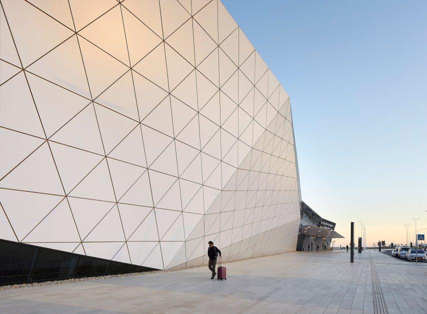 拉蒙机场由Amir Mann-Ami Shinar建筑师和Moshe Zur建筑师在以色列内盖夫沙漠