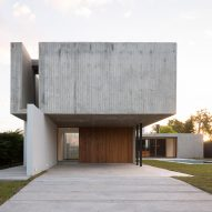 Board-marked concrete box protrudes from Felipe Gonzalez Arzac's Casa Rex in Argentina
