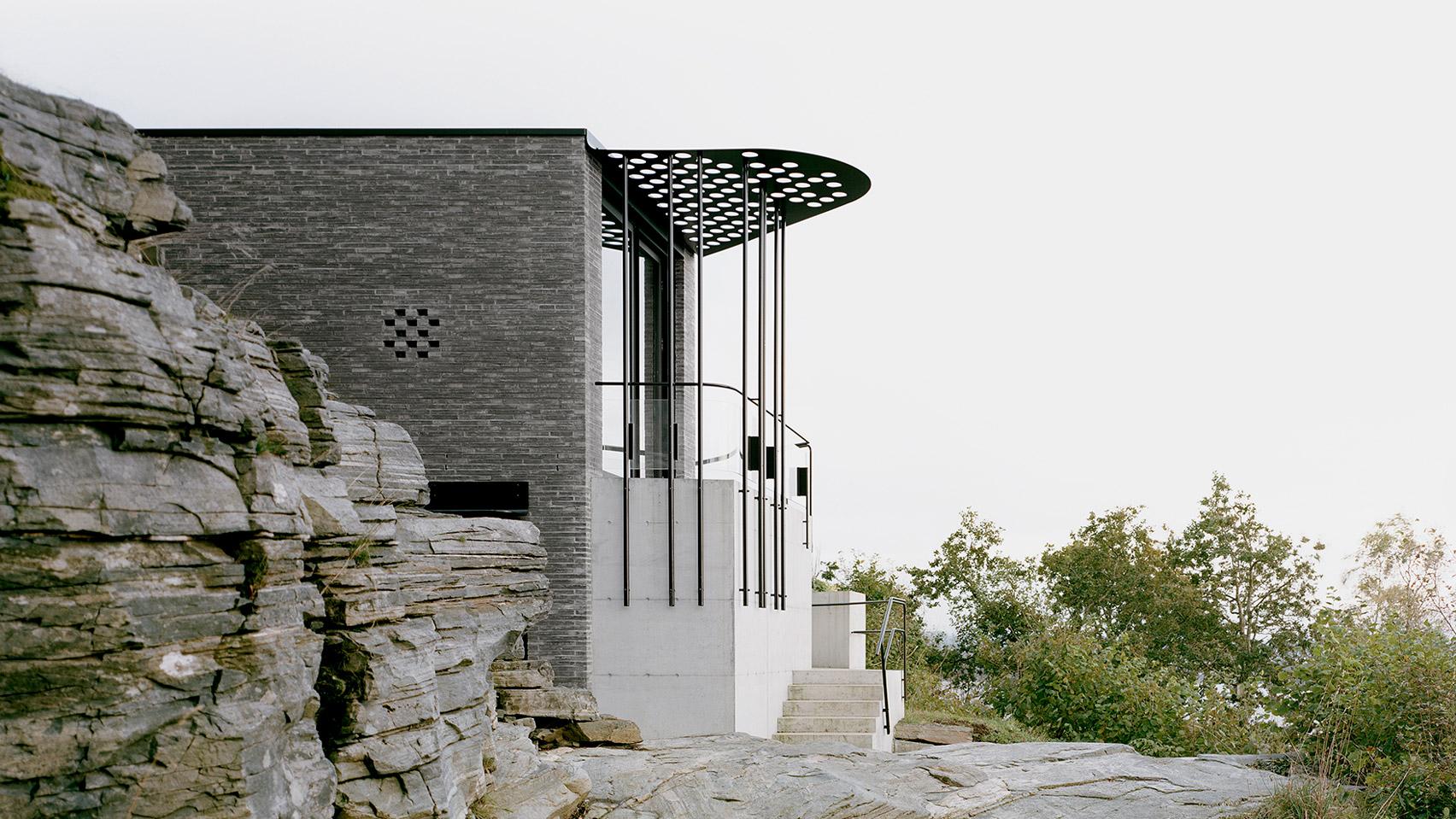 Дом на скале с видом на норвежский фьорд