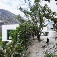 P+0 Arquitectura's Casa Bedolla nestles among trees on Mexican mountain