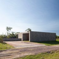 Board-marked concrete hides patio in Casa Closed by Felipe Gonzalez Arzac