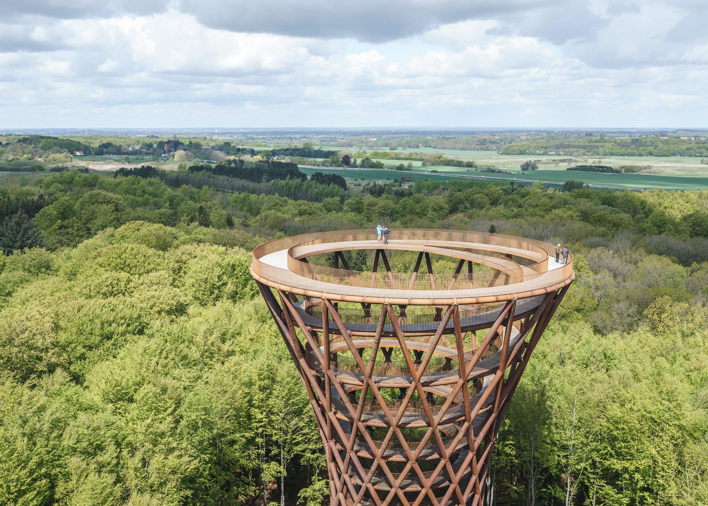 Спиральная смотровая башня Camp Adventure