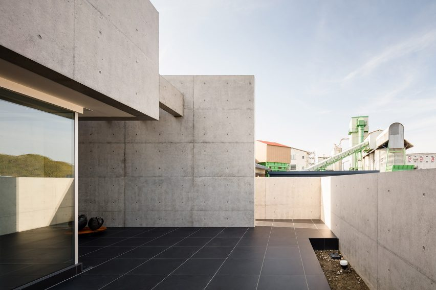 Paved terrace of Tranquil House by FORM Kouichi Kimura Architects