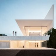 Fran Silvestre Arquitectos builds glass-box Hoffman House with a walkable roof