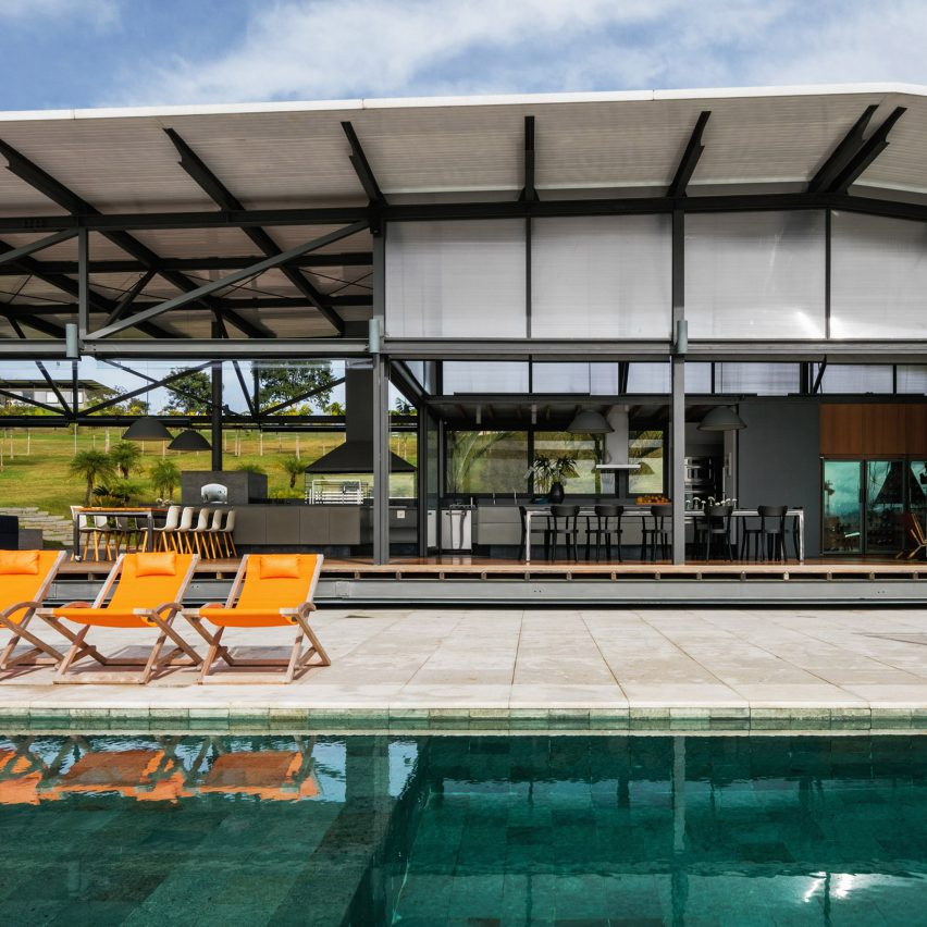 Polycarbonate roof spans long Brazilian residence by Nitsche Arquitetos