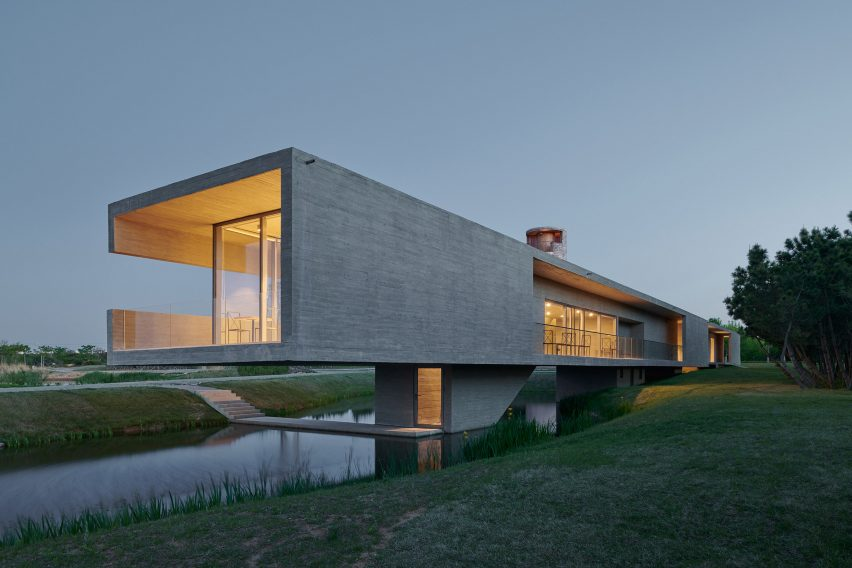 Swan Lake Bridge House by Trace Architecture Office