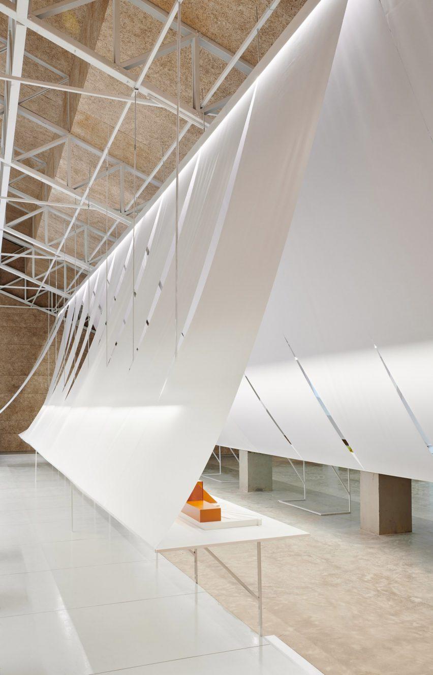 台北室內設計-大型懸掛白紙達到分割空間和窗簾的目的
