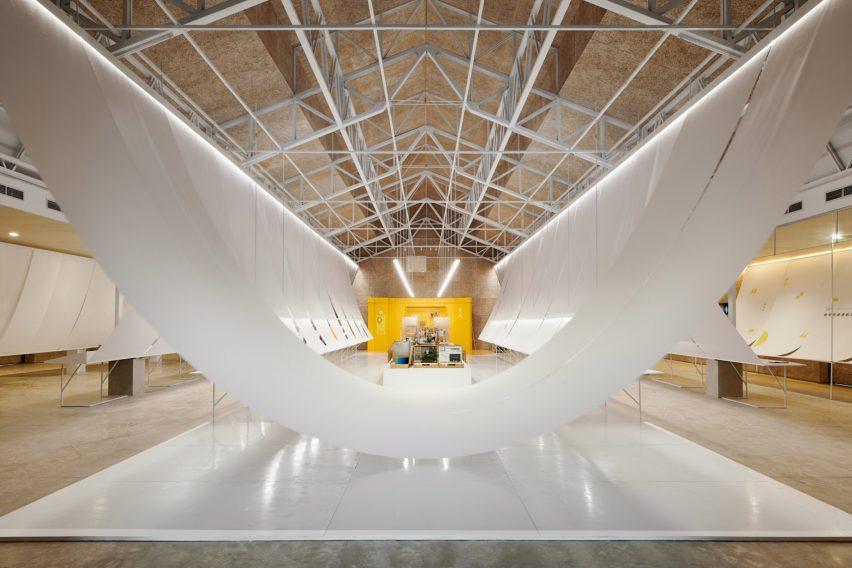 台北室內設計-圓弧形的紙張懸吊