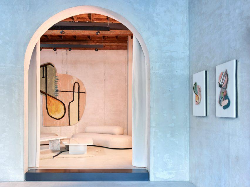Collection de tapis Doodles de Faye Toogood, dans le showroom de CC-tapis à Milan