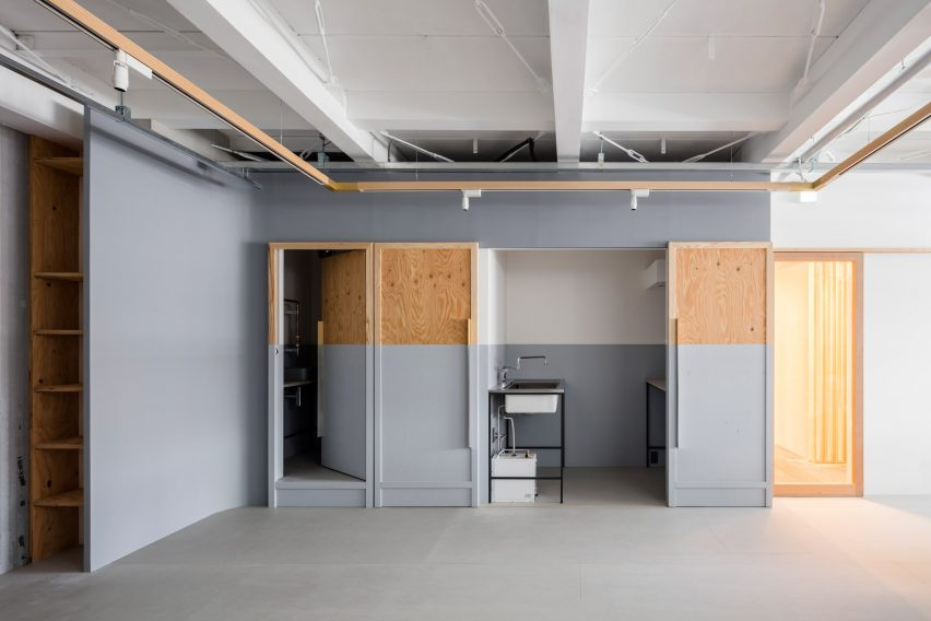 Partition wall in Panda minimal office by Shimpei Oda Architect Office and Atelier Loowe