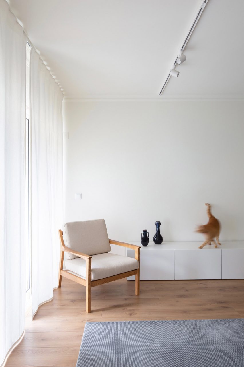 Awe Inspiring Carnide Apartment Is A Pristine Haven For Its Physician Owners Andrewgaddart Wooden Chair Designs For Living Room Andrewgaddartcom