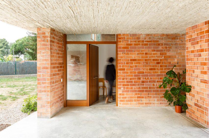 Casa Almudena Jesús Perales entrance