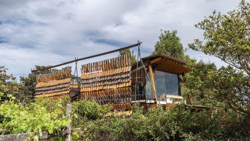 Daniel Moreno Flores creates hanging-tile screen as entrance to illustrator's home near Quito