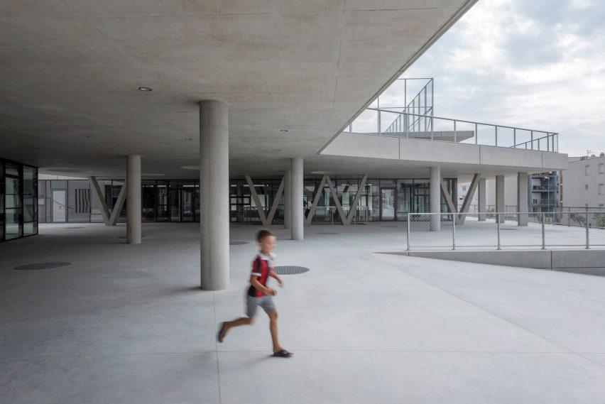 L'école élémentaire de Pazdigrad en Croatie comprend des espaces publics colorés