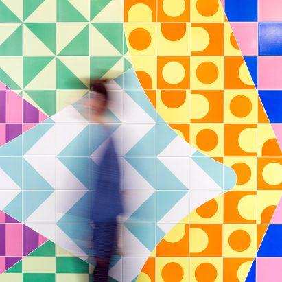 "Adam Nathaniel Furman ilumina centro de maternidad Londres con ""Flowerburst"" mosaico"
