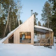 "Atelier l'Abri draws from mid-century A-frame chalets for ""sculptural"" guest house in Canada"