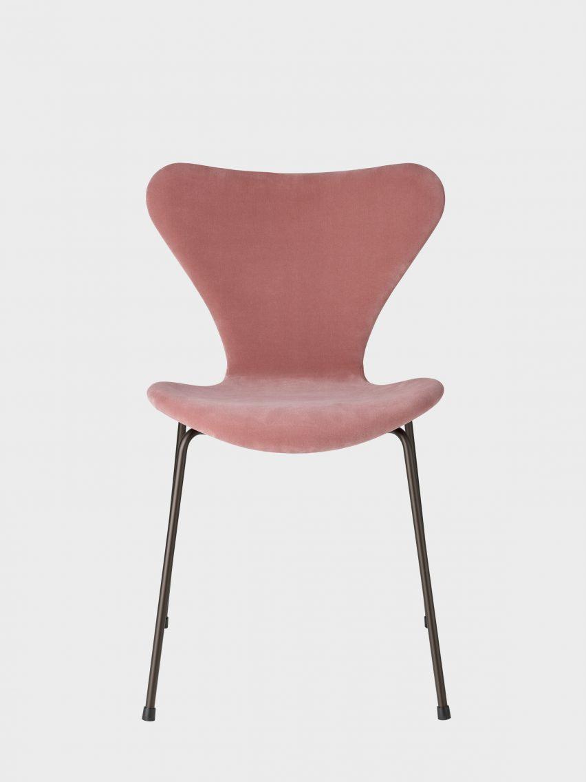 Series 7 chair in velvet by Arne Jacobsen for Fritz Hansen