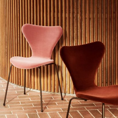 Series 7 chair in velvet by Arne Jacobsen for Fritz Hansen