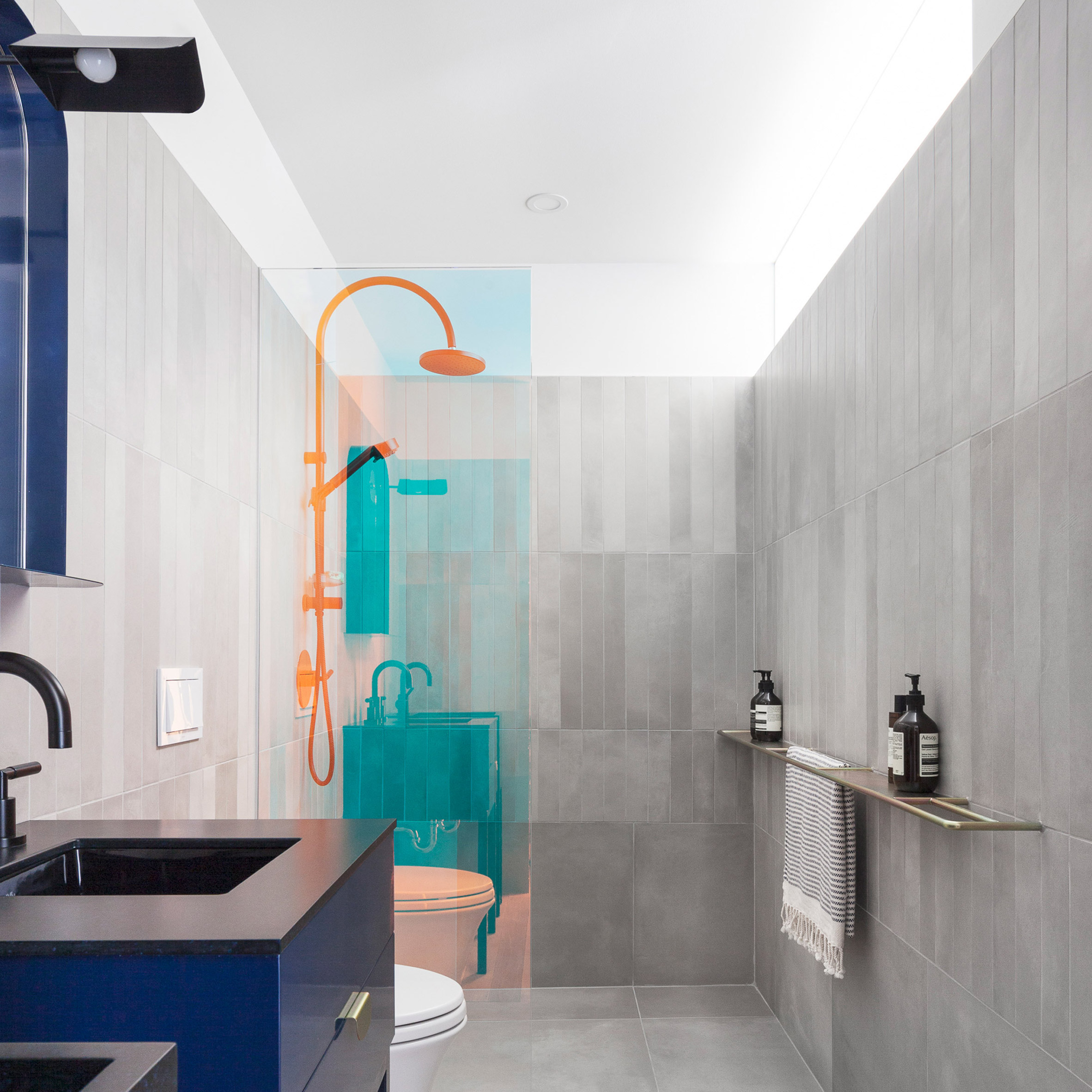 Bold bathrooms: Unit 622 in Habitat 67 by Rainville Sangaré