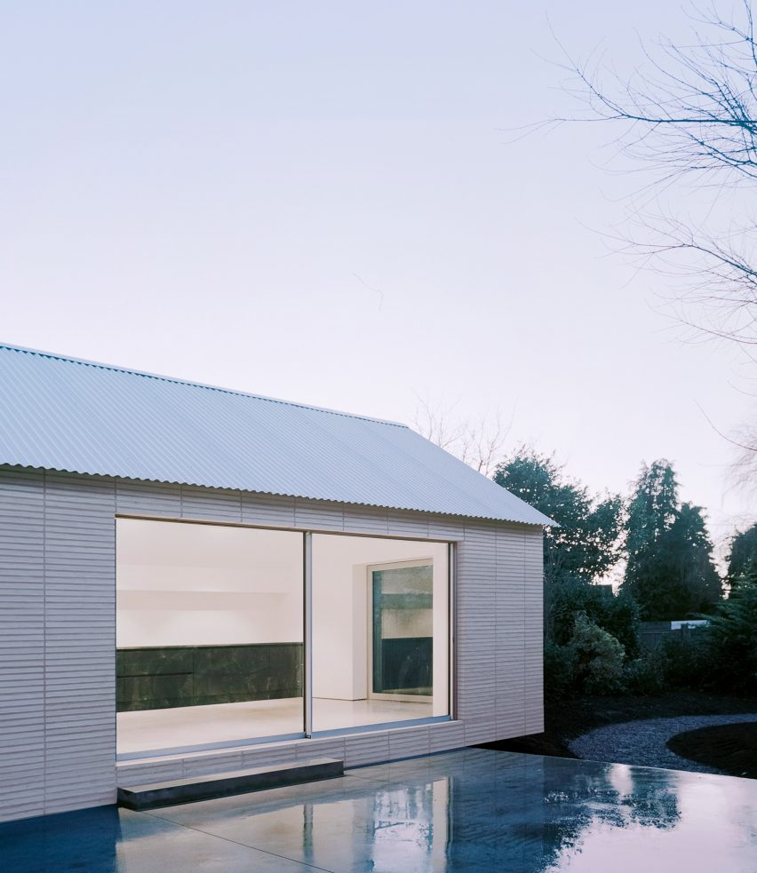 Over The Edge minimalist house by Jonathan Burlow