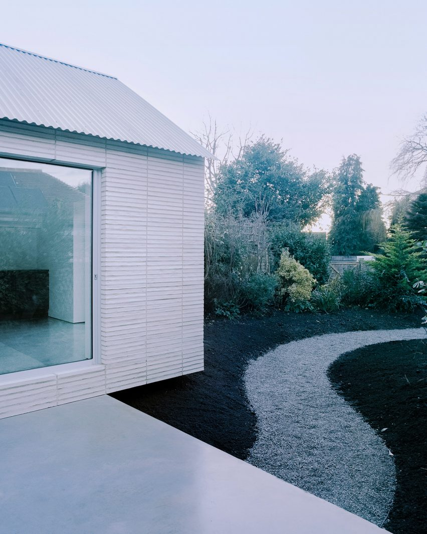 Over The Edge minimalist house by Jonathan Burlow garden