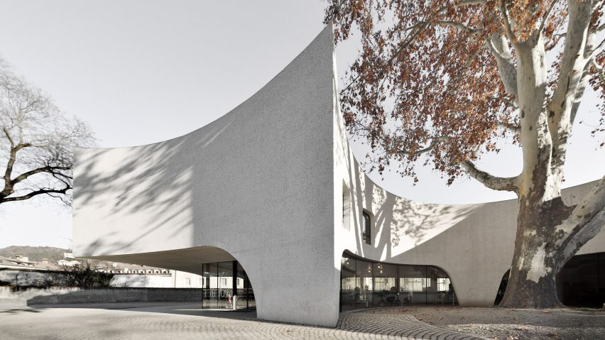 MoDus Architects wraps Bressanone tourist office around a tree