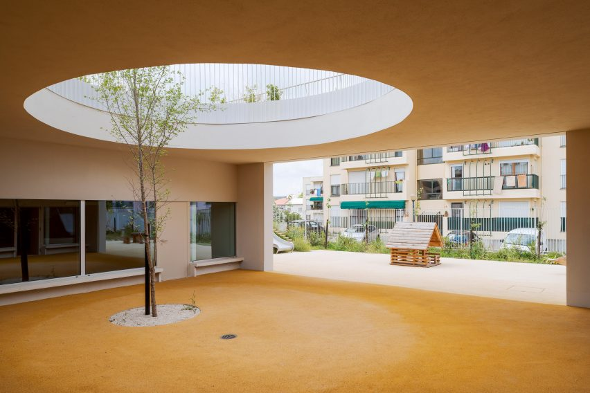 Site Specific Arquitectura added an extension to a 1950s school in Caselas, Lisbon