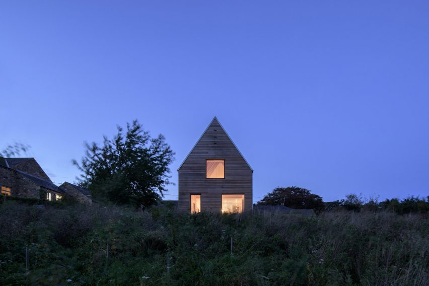 Barn-like house in England clad in Douglas fir