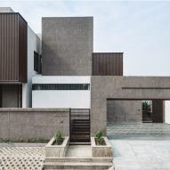 Irregularly stacked boxes hide central courtyard of village house in India