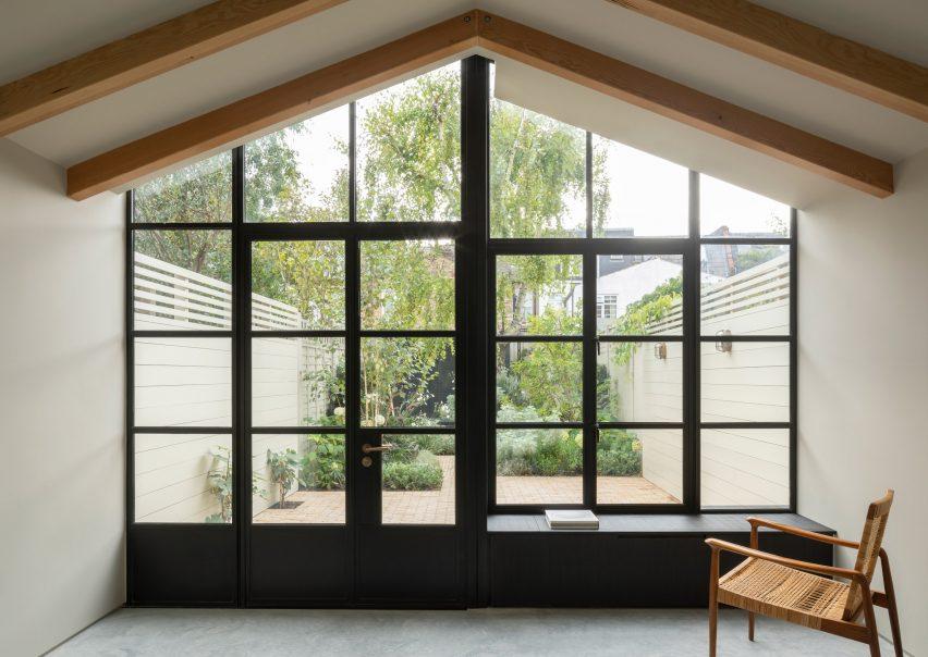 Burnt House от Will Gamble Architects и Smith & Butler выглядит как японский чайный домик