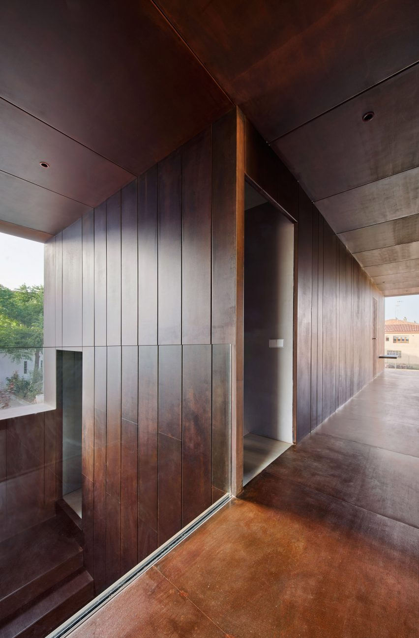 Gallery House by Raúl Sánchez Architects corridor