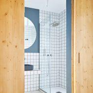 Gallery House by Raúl Sánchez Architects blue bathroom