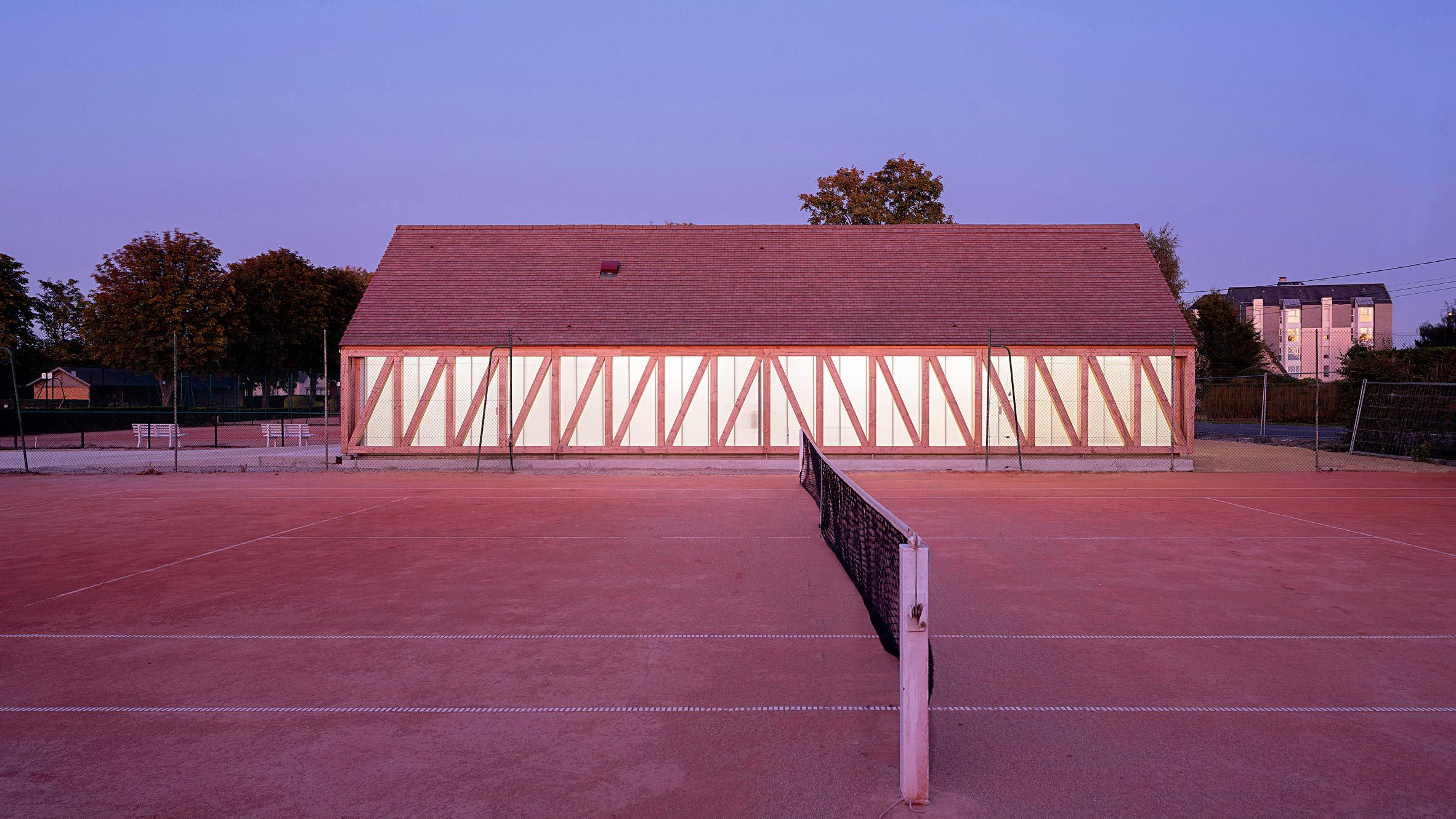 Lemoal Lemoal Architectes builds translucent half-timbered tennis pavilion