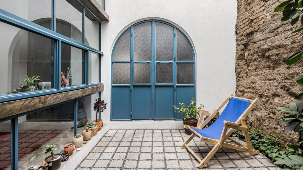 Arched volume tops Delfino Lozano's Guadalajara apartment complex