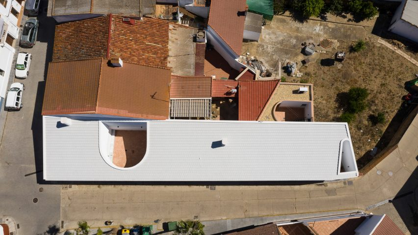 Casa Borrero linear house by Studio Wet