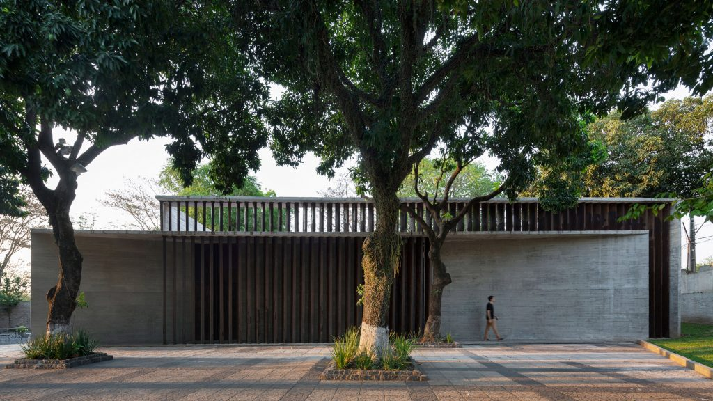 Equipo de Arquitectura updates synagogue in Paraguay with concrete