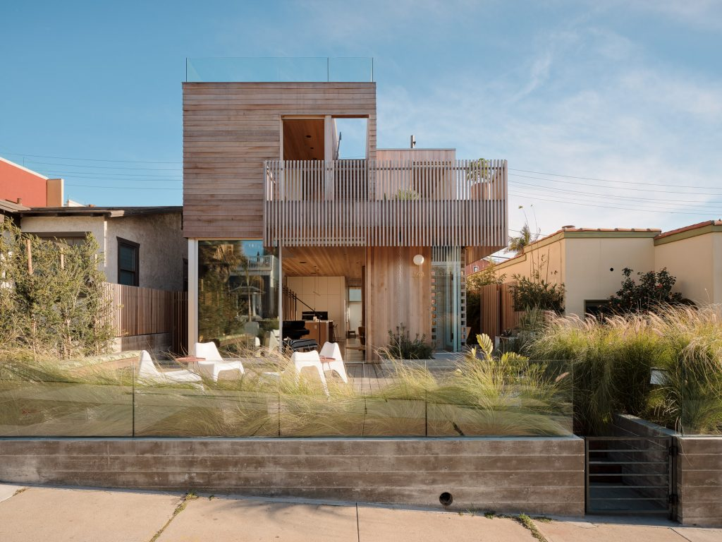 Ras-A Studio builds Walk-Street House near the beach in California