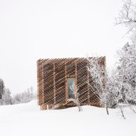 Mork-Ulnes constructs raised Skigard Hytte cabin using detached log cladding