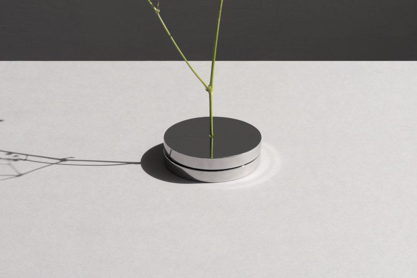 No Vase by Moisés Hernández