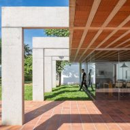 Ten concrete frames punctuate Portico House in Brasília by Bloco Arquitetos