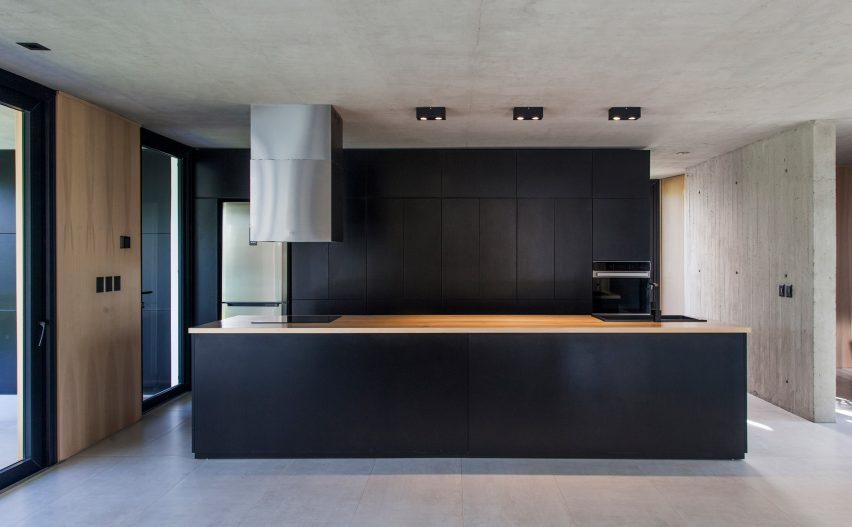 Black House by V2 Arquitectos